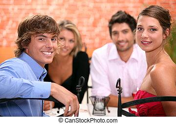 坐らせる, 家族, レストラン