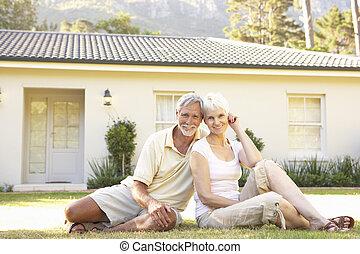 坐, 夫妇在外面, 家, 年长者, 理想