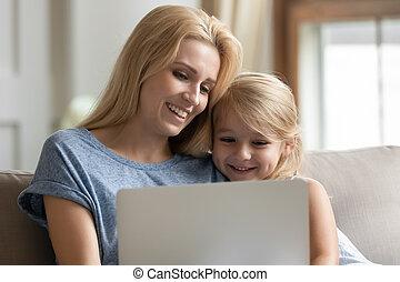 坐, 有, 笔记本电脑, 乐趣, 睡椅, 女儿, 使用, 妈妈