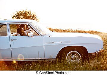 坐, 汽車, 夫婦, 年輕, retro, 裡面