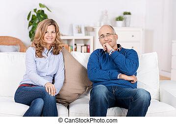 坐, 沙發, 夫婦, 當時, 家, 微笑