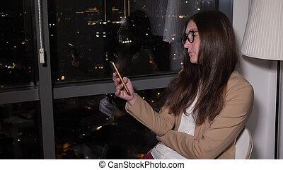 城市, 窗口, 婦女, 看法, 全景, 坐, 瀏覽, 電話, night.
