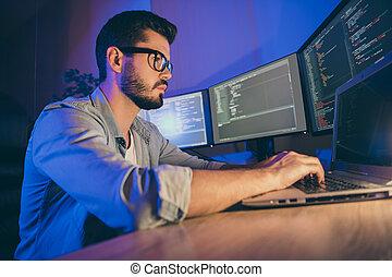 執筆, 光景, 部屋, ネットワーク, 仕事場, 保護, 肖像画, 駅, 射撃, 人, ハードウェア, cyber, 網, 彼の, プロフィール, 集中される, 刻み目, すてきである, 攻撃, 悩み, 彼, 巧み, 魅力的, ソフトウェア, 暗い, 側