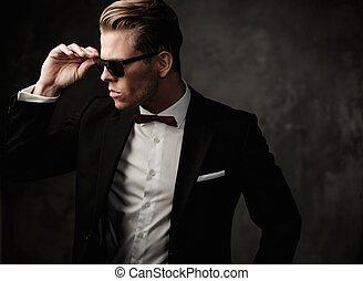 堅い, 服を着せられる, 黒いスーツ, シャープ, 人