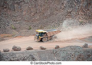 堆存處卡車, 開車, 大約, 在, a, 斑岩, 礦, quarry.