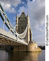 塔桥梁, 在以前, 多云天