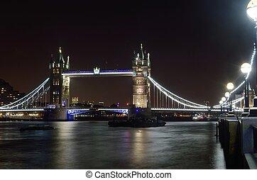 塔桥梁, 夜间