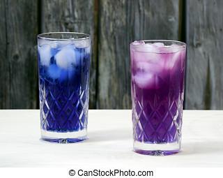 增加, 柠檬汁, 对于, a, 玻璃, 装满, 带, 层, 蝴蝶豌豆, 花, 冰茶