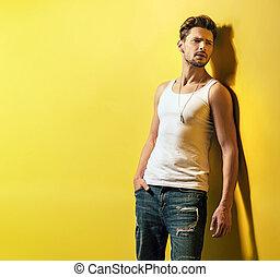 壁, 若い, 黄色, 傾倒, 人, ハンサム