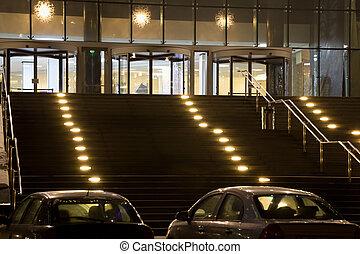 壮大, 入口, 中に, 現代, オフィスビル, 夜で, 2, 自動車, 上に, 駐車