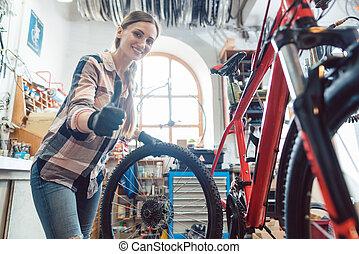 変化する, 自転車, 彼女, ワークショップ, 機械工, 女, タイヤ