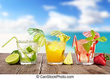 夏, カクテル, ∥で∥, 数片の果物, 上に, 木製である, テーブル。, ぼやけ, 浜, 背景