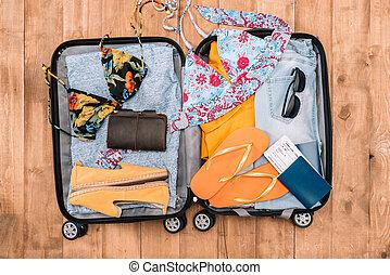 夏, フルである, 手荷物, 上, 女性, items., 休暇, 他, 準備ができた, 光景, 開いた, 必要, 衣服