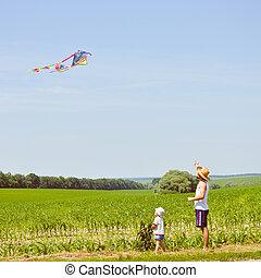 夏, 凧, 家族, 父, イメージ, 息子, 青, &, 空フィールド, 日, 幸せ, 日当たりが良い, 背景, コピー, moments:, スペース, 持つこと, 緑, 屋外で, 楽しみ, 遊び