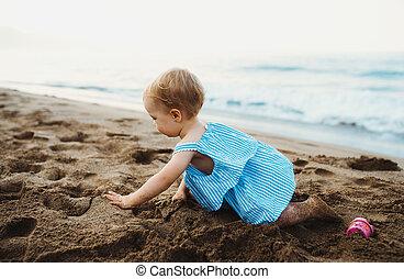 夏, playing., 休日, 這う, 小さい, 女の子, よちよち歩きの子, 浜
