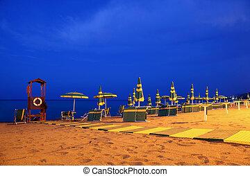 夕方, 作られた, deck-chairs, そして, 傘, そして, ゴム, 道, どちらか, conduces, へ, 救出, ブース, 立ちなさい, 上に, 浜