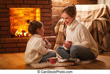 夕方, 冬, 家族, お茶, 子供, 笑い, 母, 飲むこと, 暖炉