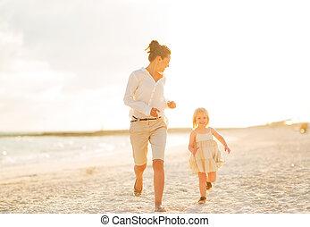 夕方, 動くこと, 母, 女の赤ん坊, 浜, 幸せ