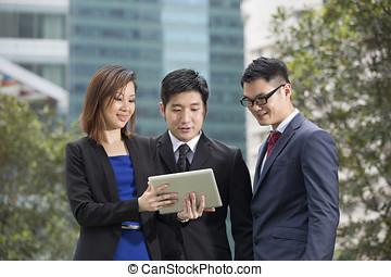 外, アジア人, タブレット, ビジネス 人々