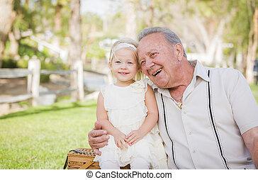 外, 孫娘, 公園, 抱き合う, 祖父