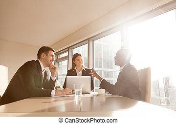 多人種である, 冗談を言うこと, businesspeople, 味方, 気持が良い, 楽しみ, 持つこと