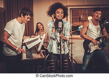 多人種である, 音楽バンド, 実行, 中に, a, レコーディングスタジオ