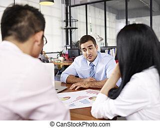 多国籍, オフィス, businesspeople, 販売, パフォーマンス, 論じる