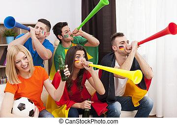 多国籍, 吹く, フットボール, の間, vuvuzela, 友人, マッチ