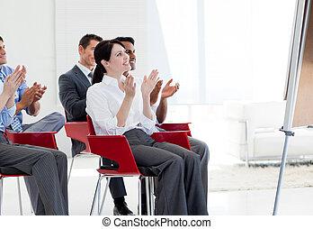 多少數民族成員, 商業界人士, 鼓掌, 在結束時, a, 會議, 在, 辦公室