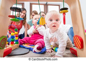 多彩, 赤ん坊, 好奇心, 女の子, つらい, かわいい, リーチ, 提示, おもちゃ