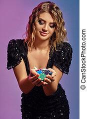 多彩, close-up., ギャンブル, ポーズを取る, 提示, ひと握り, カラフルである, スタジオ, 服, 黒, ポーカー, チップ, casino., バックグラウンド。, ブロンド, 女の子, スパンコール