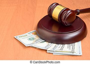 多数, ドル, 法廷, テーブル。, 木製である, お金, 悪意, 裁判官, ブラウン, ビルズ, 賄賂, desk., 下に, 小槌, 判断, 百