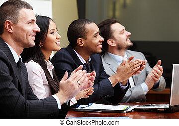 多 民族, ビジネス, グループ, 出迎える, 誰か, ∥で∥, 叩くこと, そして, 微笑。, フォーカス, 上に,...