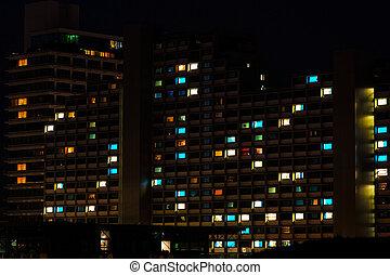 夜, カラフルである, 窓, ライト, 中に, 住宅の, 建物
