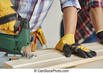 大工, ある, のこぎりで切る, 木製の板, によって, 電気のソー