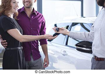 大広間, 女, 寄付, 自動車のキー, 取引, 幸せに微笑する, ディーラー, 人