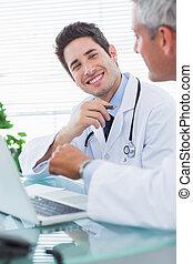 大約, 辦公室, 他們, 膝上型, 一起, 談話, 某事, 醫生, 微笑, 醫學