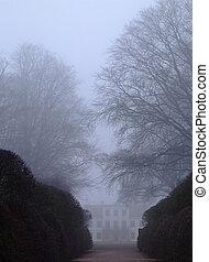 大邸宅, 霧が深い