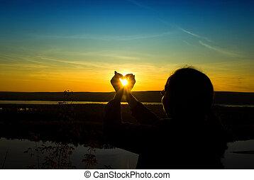 太陽, 女性の保有物, 手