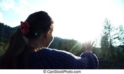 太陽, 手。, 背中, によって, 顔つき, 女の子, セーター, 光景