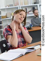 夫人, 坐在書桌, 由于, 僵硬, 脖子