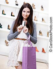 夫人, 握住, 信用卡, 在, 鞋類, 商店
