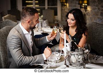 夫婦慶祝, 在, 餐館