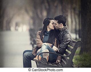 夫婦親吻, 在, the, 長凳, 在, alley.