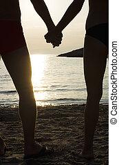 夫婦, 上, a, 海灘, 扣留手, 在, 傍晚
