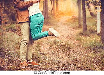 夫婦, 人和婦女, 擁抱, 在愛過程中, 浪漫, 關係, 生活方式, 概念, 戶外, 由于, 自然, 在背景上, 時裝,...