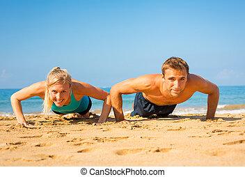 夫婦, 做, 推, 向上, 在海灘上