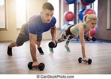 夫婦, 做, 推, 向上, 由于, 重量