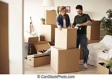 夫婦, 包裝, 材料, 在中間, 大量, ......的, 厚紙箱
