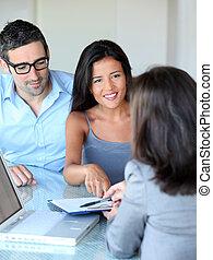 夫婦, 在, 辦公室, 簽署, contractual, 文件